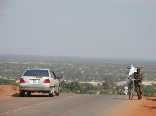 Hombre traslada una pesada carga cuesta arriba en Kasama, Zambia, una ciudad en crecimiento, muy tranquila y silenciosa. Todo parece ordenado y calmo. Se empieza a sentir el cambio con la zona este. Zambia es la transición hacia el poderoso sur del continente.
