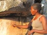 """La historia que no interesa. Una guía local muestra una de las cientos de pinturas rupestres que datan de la era de las cavernas. Piezas de un valor incalculable que hablan de las formas de vida de las comunidades de cazadores que habitaron la zona diez mil años atrás, sin ningún tipo de protección y preservación más que la endeble cerca de entrada al predio """"Mwela Rock Art"""" de Kasama. Había piezas de cerámica tiradas en las cavernas, como si fuesen desechos de los antepasados. En el pequeño museo había restos ocios de humanos que podían tocarse y servían de juguete para los niños de los empleados del lugar. Es parte de la historia que no nos contaron, la historia de segunda, la que no aparece en los manuales de la escuela."""