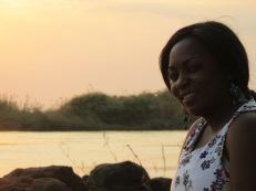 Las historias de Gladys y Nkole son distintas pero parecidas a la vez. Son parte de la generación del cambio en Zambia. Quizá no lo saben, aunque lo sufren. Sobre sus espaldas tienen una gran responsabilidad: sacar a las mujeres del sistema de dominación patriarcal que impera en muchos países de África y las somete a condiciones y exigencias arcaicas que limitan sus derechos y libertades. No quieren casarse y ser amas de casa, y quedarse todo el día sirviendo a su hombre; quieren salir a vivir. Les cuesta, el entorno las presiona, las ve con malos ojos. Hasta la superstición juega un papel importante, porque si no son madres antes de los 30 años, pasan a ser algo inservible para la sociedad y se cree que son víctimas de alguna hechicería. No quieren defraudar a sus madres, pero éstas esperan que ellas formen una familia y se adapten a las tradiciones históricas y culturales contra las que ellas se están levantando. Es un mecanismo perverso. Sacarse esa mochila les cuesta horrores, pero allí están, escribiendo sus pequeñas historias que parecen formar parte de un todo que promete no volver a ser más como antes.