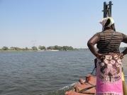 """El cruce de la frontera entre Zambia y Botsuana parece de otra época. No hay puentes, se debe cruzar el río Zambeze con una embarcación que en cinco minutos te deposita del otro lado de la orilla, donde se hablará otro dialecto, el setswana, y se manejará otra moneda, los """"pulas"""". Es uno de los pocos lugares del mundo que en cuestión de pocos metros, divididos por los caprichosos ríos y por líneas ficticias dibujadas siguiendo sus siluetas, hay nada menos que cuatro países, los antes mencionados, más Zimbabue y Namibia."""