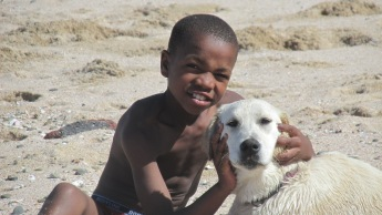No se conocían, pero parecían amigos de toda la vida. El niño moreno correteaba al perro de pelaje blanco y jugaban con su toalla. Cuando se cansaban reposaban y se acariciaban. El delgado muchachito realizaba fintas cerradas y su amigo lo perseguía, haciéndole marca personal. Se refrescaban en el océano y volvían al ruedo. ¡Qué bien que se llevan! Los unió lo instintivo. Se los veía felices. Parecía una metáfora de algo que debería ocurrir a otra escala, un mensaje claro, pero inentendible a la vez. Casi absurdo. ¿Por qué pensar está unión espontánea, animalesca? Mejor dejarla ser así como es… natural.