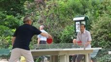 Chinos jugando ping pong en una plaza parisina