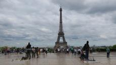 Senegaleses vendiendo souvenirs de la Torre Eiffel