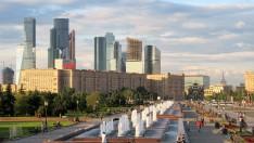 Edificios soviéticos y rascacielos modernos de fondo.