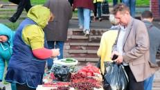 Puesto de venta de frutas a la salida del Metro