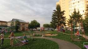 Jardín comunal entre los edificios de viviendas, Barnaúl.