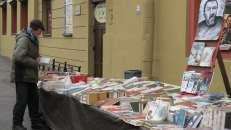 Un librero resistiendo en San Petesburgo, Rusia