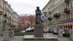 Monumento a Dostoievski cerca de su antiugo hogar. San Petesburgo, Rusia