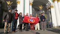 Partidarios comunistas de distintos lugares del mundo frente al Palacio de invierno en el día del centenario de la Revolución de Octubre